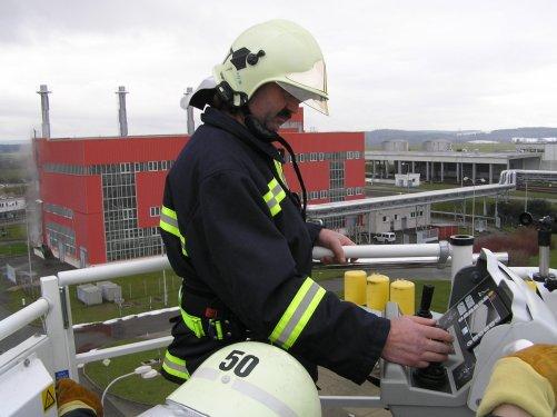 Pomocí moderní plošiny se mohou temelínští hasiči dostat až do čtyřiceti metrů (Zdroj ČEZ)