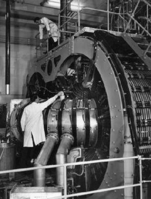 Toroidální pinč ZETA v britském Harwellu bylo největší fúzní zařízení v padesátých letech na světě (foto: ITER Organization)