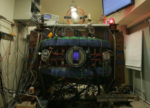 Pražský tokamak Golem na FJFI ČVUT testoval vysokoteplotní supravodiče pro firmu Tokamak Energy (foto autor)