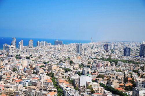 Tel Aviv zalitý sluncem. Kdyby jeho střechy pokryl speciální chladicí nátěr, ušetřil by 60 % elektřiny (zdroj Adobe Stock)