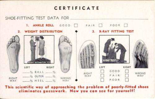 Nálepka z 30. let vysvětlující výhody obuvnického fluoroskopu (zdroj https://public-media.smithsonianmag.com/filer/20120404094006shoecard_470.jpg)