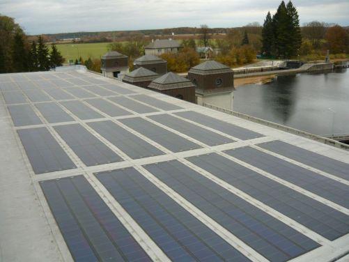 """Solární panely na střeše malé vodní elektrárny Přelouč na Labi (zdroj Vzdělávací portál ČEZ """"Svět energie"""")"""