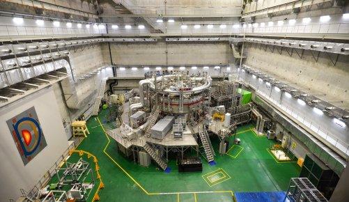 Korejský tokamak KSTAR (Korea Superconducting Tokamak Advanced Research). Vlevo na stěně je nákres průřezu vakuovou komorou tvaru písmene D. (Credit © ITER Organization, http://www.iter.org/)