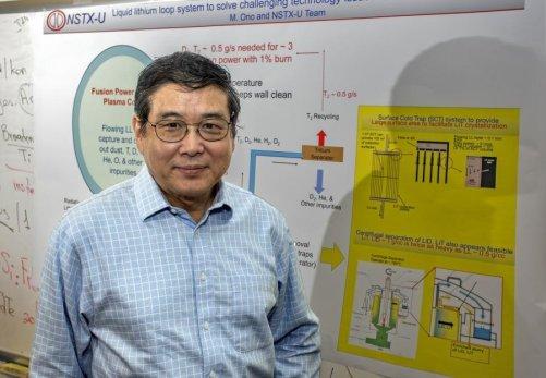 """""""Existuje hodně problémů spojených s fúzí. Snižování tepelného toku na divertor patří mezi ně,"""" říká fyzik Masa Ono, hlavní autor článku o použití lithia v renomovaném časopise Nuclear Fusion. (Zdroj www.ITER.ORG)"""