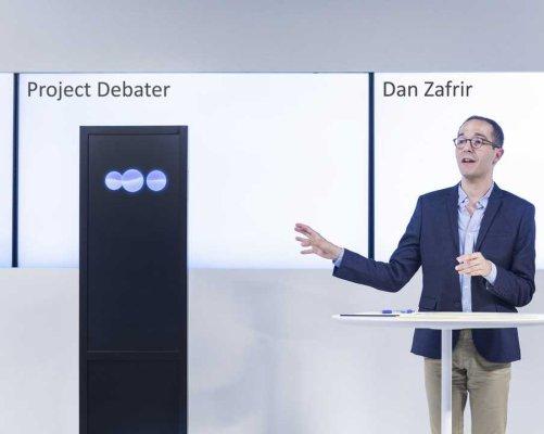 IBM experimentální systém umělé inteligence Project Debater vlevo, profesionální debatér Dan Zafrir vpravo. (Zdroj IBM)