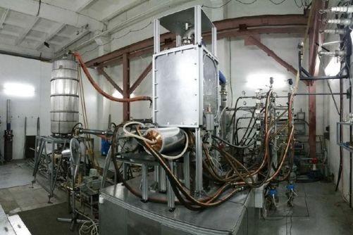 První ruská gyrotronová jednotka je jednou ze dvou, které prošly vstupními testy v Nižním Novgorodě. V roce 2018 budou jednotky uloženy, dokud nebude Budova rádiových frekvencí připravena je přijmout. (Credit © ITER Organization, http://www.iter.org/)
