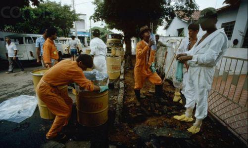 Odklízení kontaminované půdy u domu. Záběr z filmu shrnujícího události v Goianii. (https://www.youtube.com/watch?v=_UHPNCGcSz4)