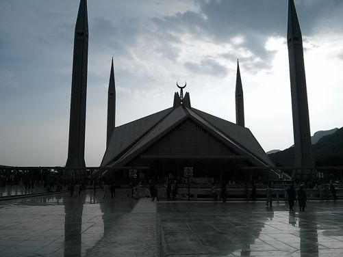 Faisalova mešita v Islamabádu, jedna z největších na světě, pojme uvnitř 10 000 věřících (foto autorka)