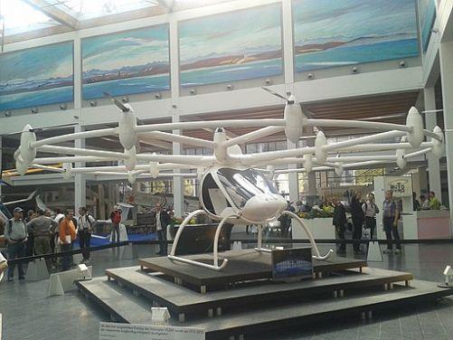 Létající auto eVTOL (foto Philippe Perreaux, zdroj Wikimedia Commons)