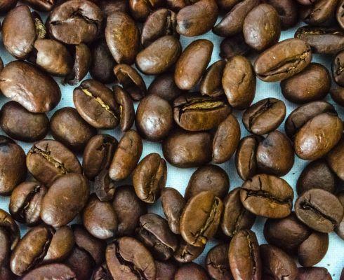 Na kávových zrnech nepoznáte, obsahují-li kofein (zdroj Pixabay)