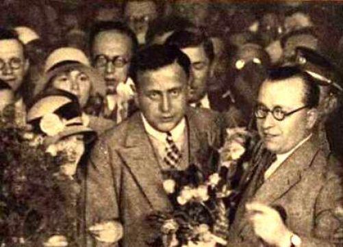 František Běhounek (vpravo) vítán na Hlavním nádrží v Praze po návratu z polární výpravy (foto Pestrý týden, zdroj Wikimedia Commons)
