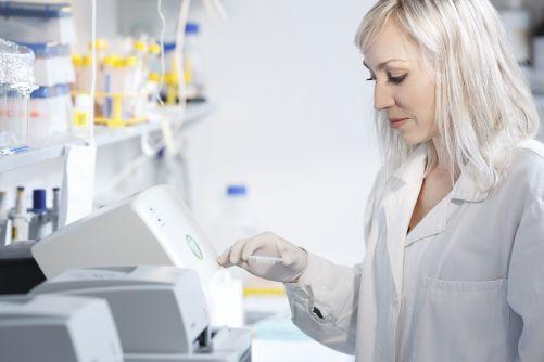 V současné době pracuje v centru BIOCEV přes 450 vědců, studentů a technických pracovníků, třetina z nich pochází ze zahraničí. Z celkového počtu 268 vědců je 124 žen. O mladém kolektivu vypovídá i 148 pracovníků, kterým je pod 35 let. (Zdroj Biocev)