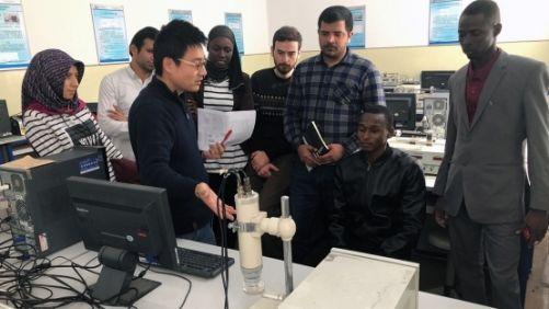 Studenti jaderného inženýrství se v Číně učí používat přístroje k měření ionizujícího záření, v laboratoři virtuální reality se učí řídit jaderný reaktor na modelu prvního čínského reaktoru Qinshan 1, či detekci a analýzu chyb a poskytování vzdálené nouzo