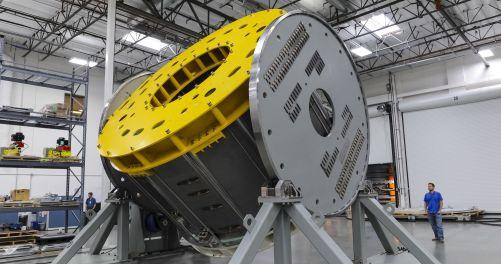 Před dokončením modulu o 110 tunách musí být modul převrácen specializovaným manipulačním nástrojem. Americký dodavatel ITER General Atomics vyrábí sedm modulů pro centrální solenoid (šest plus jeden náhradní). Fotografie: GA (Credit © ITER Organization,