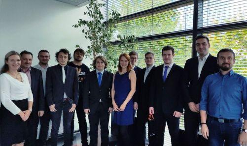 Devět letošních studentů, kteří se dostali do stipendijního programu ČEZ (foto archiv ČEZ)