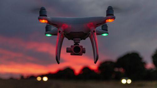 Drony dávno nejsou jen hračky. Stávají se z nich špehové a zbraně. (Foto Sebastian Gößl z Pixabay)