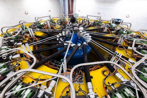 Do této futuristické zkušební stolice bude při testování vložen každý prototyp protitlakového prstence (vnitřní průměr: 5 metrů) (© CNIM, Credit © ITER Organization, http://www.iter.org/)