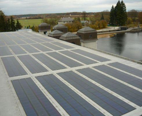 Fotovoltaická elektrárna na střeše malé vodní elektrárny Přelouč - dva zdroje, které se doplňují v energetickém mixu (zdroj Vzdělávací portál ČEZ Svět energie)