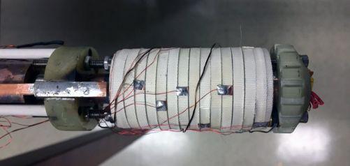 Malá cívka velikosti roličky od toaletního papíru pomohla vědcům dosáhnout nového světového rekordu 45,5 T pro kontinuální magnetické pole. Cívka byla navinuta pomocí supravodiče REBCO omotaného bílou páskou ze skleněných vláken. (Credit © ITER Organizati