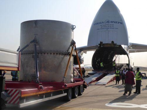 Nakládání kontejneru s použitým palivem do letadla v Ghaně (zdroj UJV)