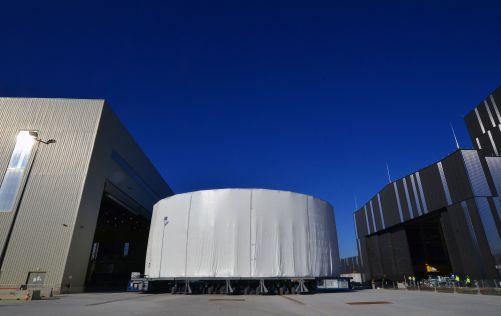 Dne 15. 4. se dolní válec přesunul z Kryo-dílny do vnějšího skladového prostoru, kde zůstane až do doby, než bude přemístěn do Čisticího zařízení (vpravo) před samotnou montáží. (Credit © ITER Organization, http://www.iter.org/)