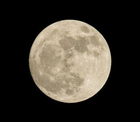 Již s použitím pouhého triedru můžete na Měsíci vidět nejen krátery, ale i systémy puklin (zdroj Pixabay)