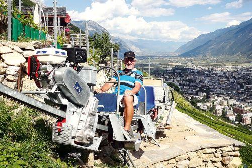Kryté řemenové převody od motoru k poháněcímu pastorku monoracků M500, v pozadí švýcarské údolí Ceppi (foto Dopplmayr)