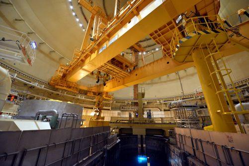 Palivo do jaderného reaktoru se zaváží pomocí dálkově ovládaného stroje (foto ČEZ)