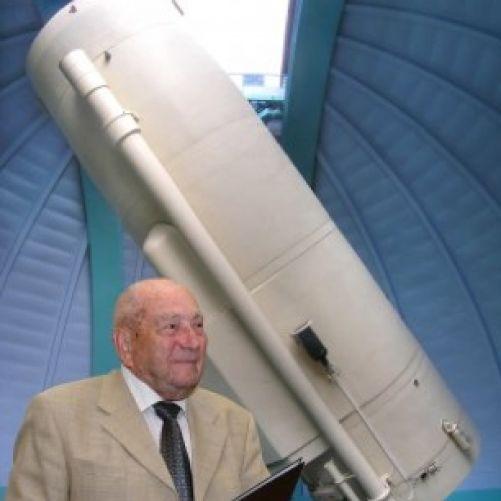 Luboš Perek u ondřejovského dvoumetrového dalekohledu (zdroj ASÚ AV ČR)