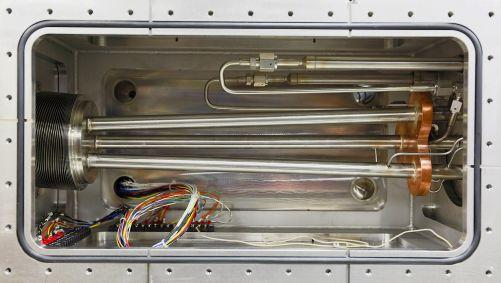 Tříválcový injektor pelet může v závislosti na potřebách experimentu střílet tři různé pelety o velikosti 4,5 mm až 12,5 mm. (Credit © ITER Organization, http://www.iter.org/)