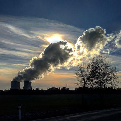 Jaderné elektrárny jsou nejen výkonné, bezemisní, ale také krásné (za foto Temelína s korunou čisté vodní páry děkujeme Janě Myslivečkové)