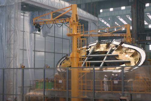 Dokončené poloidální segmenty pro sektor číslo 6 byly dodány na montážní platformu a vyrovnány. Sváry vnitřního pláště byly dokončeny za osm dní. (Credit © ITER Organization, http://www.iter.org/)