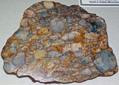 Obr. 5: Vyleštěný vzorek křemenného metakonglomerátu z Jack Hills v Austrálii. Obsahuje nejstarší známá minerální zrna na Zemi (4,4 mld let). (Zdroj Wikimedia Commons)