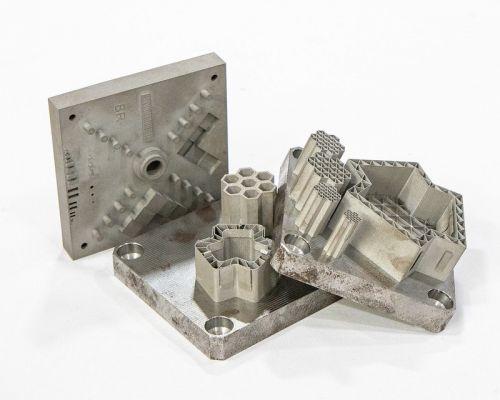 Různé kovové komponenty tištěné 3D technologií (zdroj ORNL)