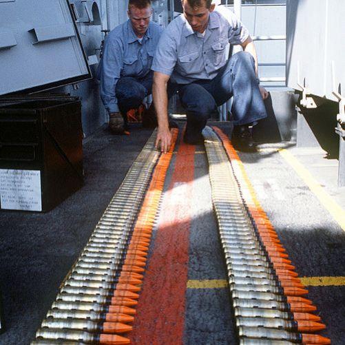 Z ochuzeného uranu se také vyrábí munice. Munice Mark 149 Mod 2 20mm na palubě USS Missouri. (Autor: Phan Brad Dillon, Navy, Zdroj: Wikimedia Commons, Public Domain)