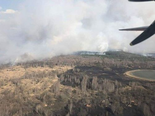 Snímek požáru černobylské vyloučené zóny z letadla (Zdroj Wikimedia Commons, Ukrajinská státní agentura managementu vyloučené zóny)