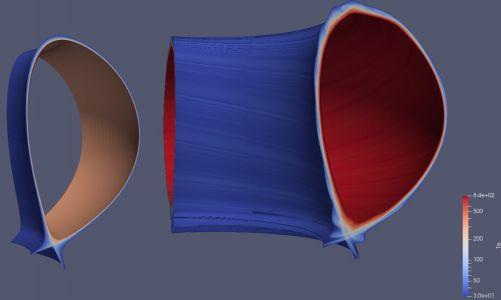 Obr. 2: Teplota plazmatu na divertoru ITER: 2D toroidálně symetrické plazma (vlevo) a 3D okrajové plazma s magnetickým polem modifikovaným řídicími cívkami ELM (vpravo). (Credit © ITER Organization, http://www.iter.org/)