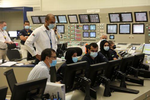 Připojení prvního reaktoru JE Barakah na síť v srpnu 2020 řídí personál v blokové dozorně (zdroj ENEC)