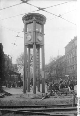 Historický semafor na Potsdamer Platz v Berlíně v listopadu 1924. Dláždění kolem se teprve dodělává. (Kredit: Bundesarchiv, Bild 102-00843 / CC-BY-SA 3.0)