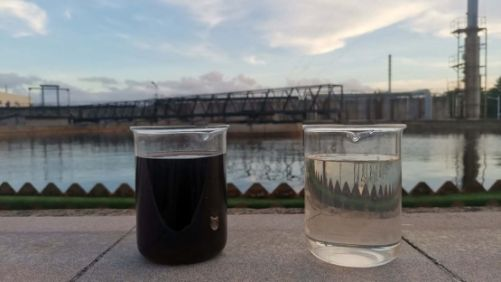 Porovnání vzhledu odpadní vody před (vlevo) a po úpravě (vpravo) ozařováním elektronovým svazkem (zdroj IAEA, foto: Nuclear and Energy Technology Institute, Tsinghua University)