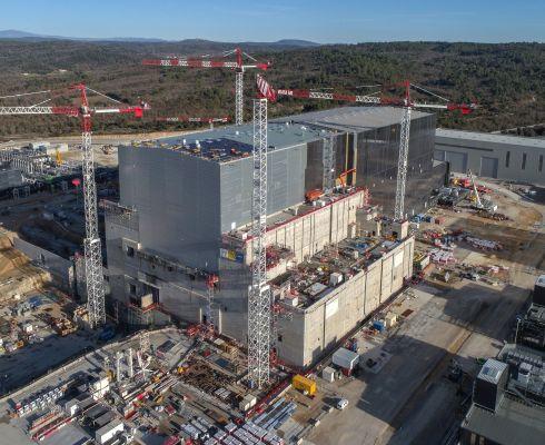 Zástupce státní fúze: Únorový pohled na Trojbudoví (Tokamak Complex) s Budovou tokamaku ITER uprostřed a diagnostickým a tritiovým křídlem na straně. (Credit © ITER Organization, http://www.iter.org/)