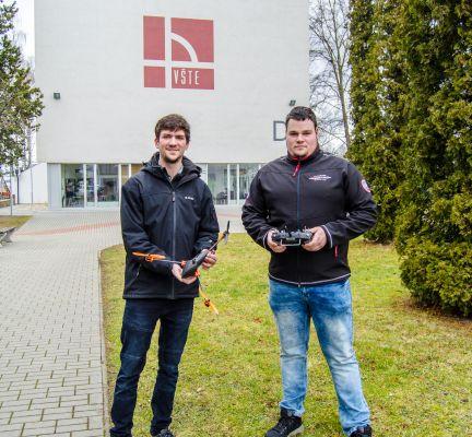 Studenti českobudějovické VŠTE Jan Večerek a Tomáš Szendrei se svou trikoptérou (foto VŠTE)