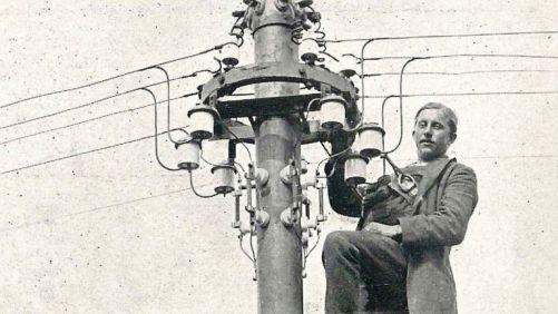 Elektrifikace Československa začala v roce 1919 a byla dokončena v r. 1960. Do vzniku republiky měla přístup k elektřině asi jen třetina obyvatel českých zemí a 2 % na Slovensku. (Zdroj: ČEZ)
