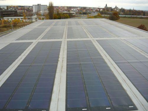 Fotovoltaické pásy na střeše malé vodní elektrárny Přelouč. I pod nimi by mohl být třeba skleník. (Zdroj Vzdělávací portál ČEZ Svět energie)