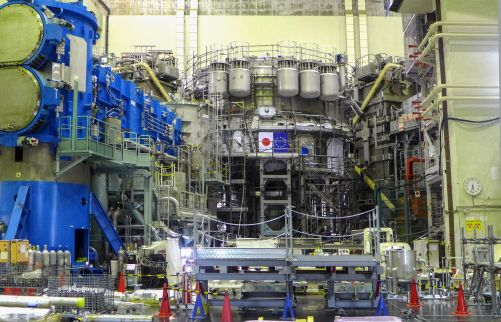 Poslední úkol sestavy hlavního korpusu - instalace víka kryostatu - byl dokončen v březnu 2020. Koncem roku se plánuje celkové uvedení do provozu. (Credit © ITER Organization, http://www.iter.org/)