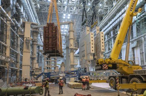 Náklad o celkové hmotnosti přibližně 1 000 tun je připraven na 170 metrů dlouhou cestu od vchodu do Montážní haly až k opačnému konci nově postavené Jeřábové haly (Credit © ITER Organization, http://www.iter.org/)