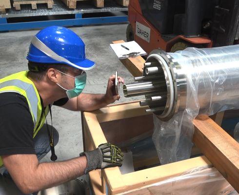 Ochranné potrubí o průměru 25 cm obklopuje šest funkčních tras - plyny směřující k plazmatu a centrální evakuační potrubí, které dopravuje odpadní plyny ze zařízení zpět do tritiového hospodářství. (Credit © ITER Organization, http://www.iter.org/)