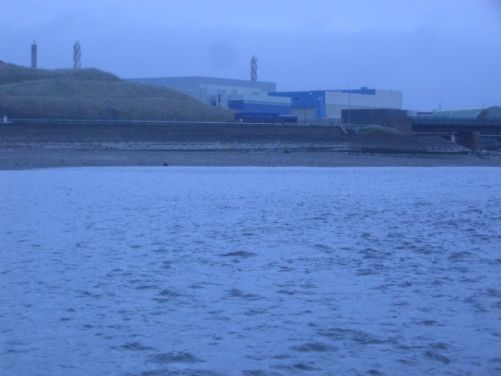 Budova závodu THORP na přepracování jaderného paliva v Sellafieldu, UK, v ústí řek Calder a Ehen (zdroj Wikimedia, John Holmes, CC BY-SA 2.0)