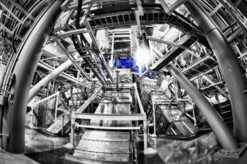 Spodní část terčové oblasti NIF (na monochromatickém snímku složeném pro nedostatek světa z pěti expozic je označena modře), do níž směřují svazky výkonných laserů (credit Lawrence Livermore National Laboratory, foto Damien Jemison)