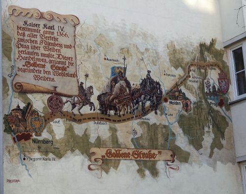 Obr. 1:  Nástěnná malba Zlatá stezka ( Via Carolina) na domě ve Weidenu (SRN). (Zdroj Wikipedia, Creative Commons, autor Antonín Ryska)